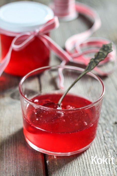 Mausteinen pihjalanmarjahyytelö - Rowanberry jelly w/ spicy twist (in Finnish)   Kokit ja Potit -ruokablogi #pihlajanmarja #rowanberry #jellyrecipe