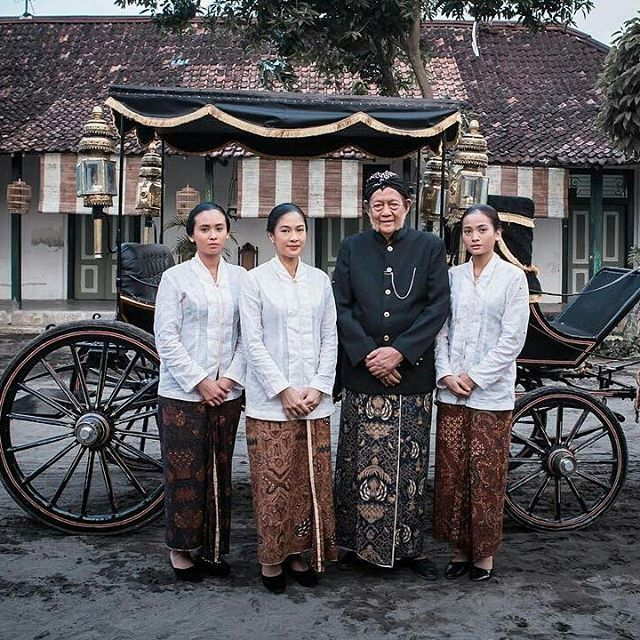 Wajib ditonton: Film Kartini. Kisah R.A Kartini dalam melawan budaya demi memperjuangkan emansipasi agar perempuan mendapatkan pendidikan dan hak yang sama dengan laki-laki dapat menjadi pilihan bagi Anda yang belum memiliki rencana di akhir pekan. Film Kartini tayang serentak di bioskop Indonesia mulai 19 April 2017. On photo (left to right): Kardinah Kartini Romo dan Roekmini. #repost @ayushita Photo by: @audreyhafiz #FilmKartini #ExclusiveBTS #Marieclairemovie #marieclaire…