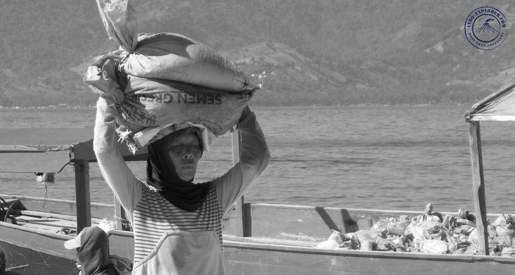 Gili Trawangan - porter. Tragarz piasku na Gili Trawangan.