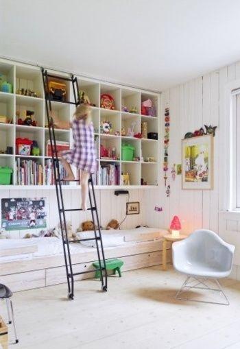 カラーボックスを壁一面に並べて取り付けた、巨大収納棚。インテリア性も高い活用方法ですね。