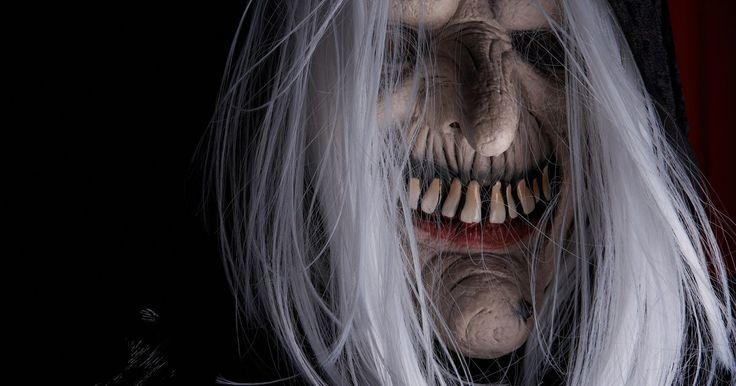 Crie sua própria fantasia de garota morta. O Dia das Bruxas é uma época popular do ano para as mulheres se fantasiarem de mortas-vivas assustadoras, mas ainda assim lindas. Uma fantasia assustadora de garota morta pode ser elegantemente assustadora e grotescamente perturbadora. Continue feminina e aterrorizante como uma noiva zumbi, uma líder de torcida morta-viva ou a mãe morta de um feto ...