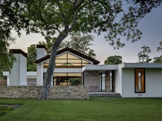This 4,800 sf home uses a simple palate of natural materials and clean lines to create an open plan with a strong connection to the site.  (by Wernerfield Architects,  Dallas, TX)