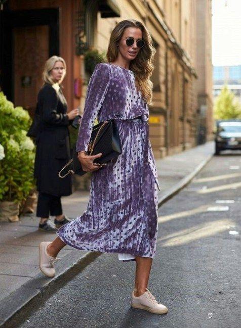 Бархатное платье миди в сочетании с кроссовками