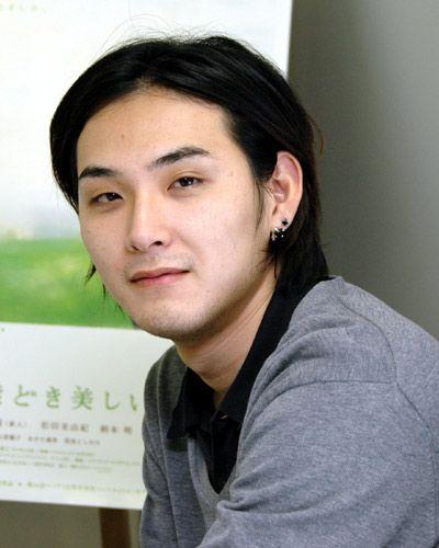 微笑む松田龍平。