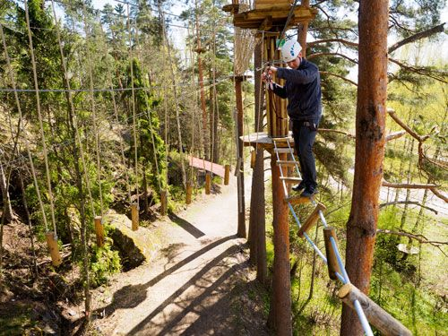 Kiertyvä silta haastaa tasapainon.  The twisted bridge is a challenge for the balance.