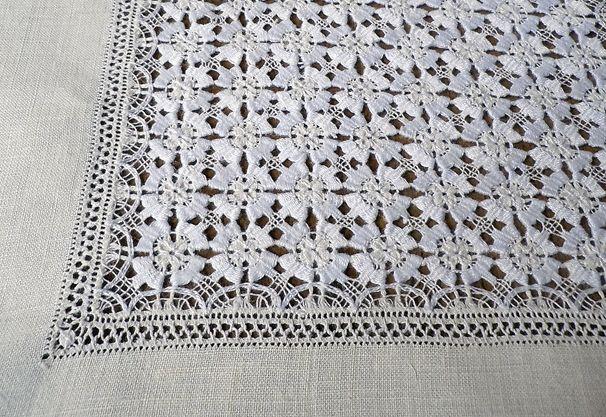 Detalles del Mantel Calado Flor - Masa Coral