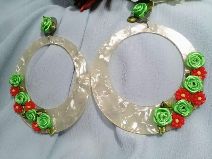 Pendientes de flamenca en acetato nacarado con florescitas realizadas en raso verde y de resina rojas. Pendientes de fiesta. Regalo señora. de ViRemDesigns en Etsy