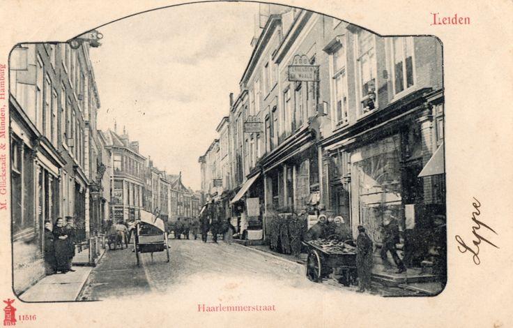 Een kijkje in Haarlemmerstraat zo rond 1899, aan de rechterzijde is nu ongeveer op deze plek de HEMA gevestigd.