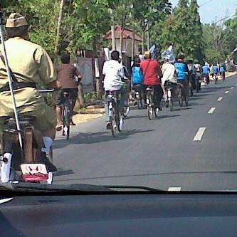 Konvoi sepeda onthel dari lapangan 407 wonopringgo ke alun2 kajen via @nungkychan