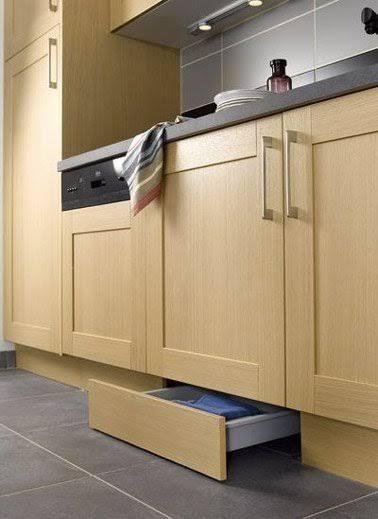 Une petite cuisine aménagée avec un tiroir fonctionnel