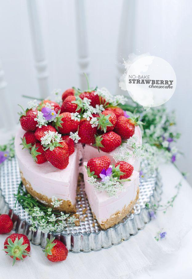 Eller tårta och tårta.. Det är egentligen en fryst cheesecake, men visst ser det ut som en tårta?! För mig går färska jordgubbar och midsommar hand i hand, så de är naturligtvis ett måste. Och vet...