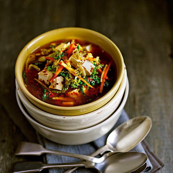 Een winterse soep met savooiekool en tofu, ideaal om je een mee op te warmen. De gember en chilipeper toveren zeker weten voor een blos op je wangen!    1Breng de bouillon aan de kook.Voeg de gember, knoflook enchilipeper toe en laat...
