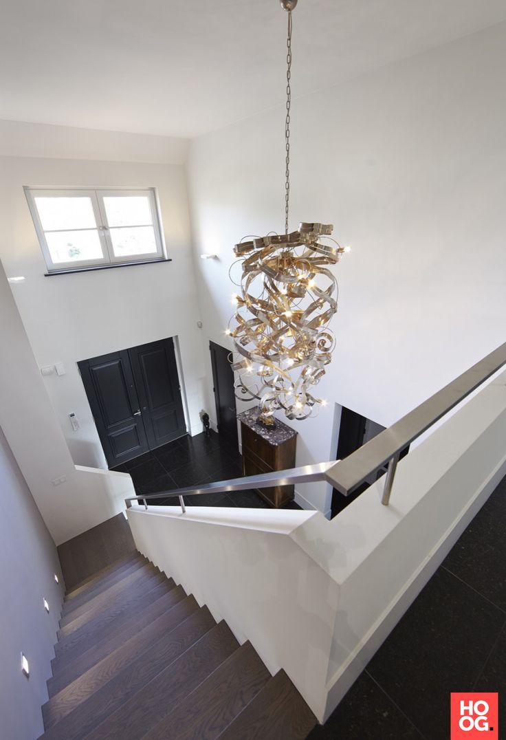 Hal met luxe verlichting en houten trap | hal inrichting | interieur inspiratie | hallway ideas | Hoog.design