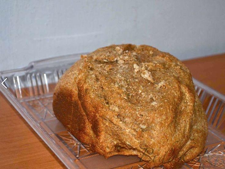 POTŘEBNÉ PŘÍSADY 400ml kysaného podmáslí 2 lžíce oleje 2 kávové lžičky soli 400g celozrnné pšeničné mouky 200g žitné chlebové mouky 2 lžičky kmínu 1 kávová lžička cukru 1 kávová lžička sušeného droždí POSTUP PŘÍPRAVY Uvedené suroviny vložíme do pekárny jako první dáváme tekuté ingredience.