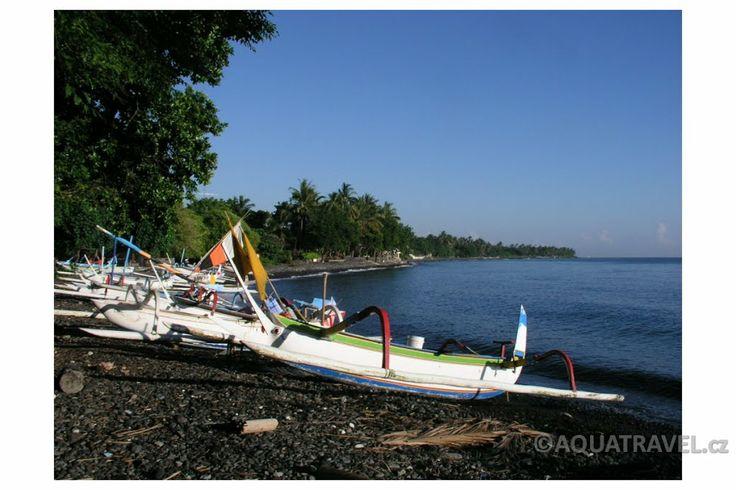 Tulamben pláž s jukungy. Nejlepší potápění na Bali