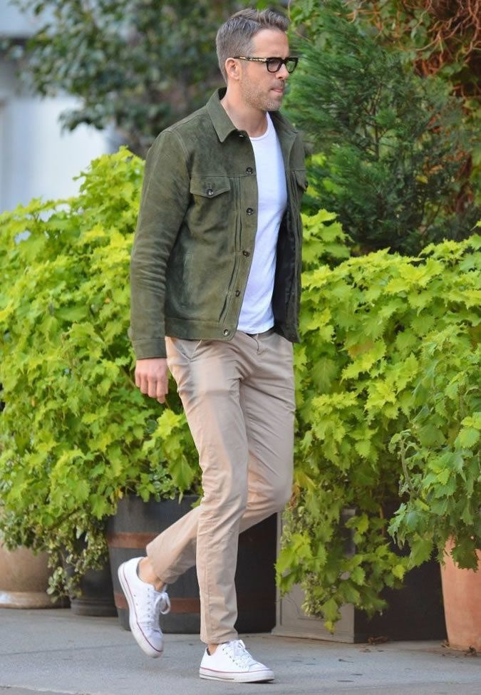 A dark green suede trucker jacket and beige chinos are a great outfit formula to have in your arsenal. Dress down this getup with white canvas low top sneakers.