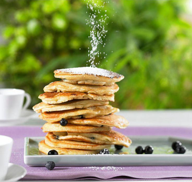 Blaubeerpfannkuchen können wir den ganzen Tag essen – ob zum Frühstück, Mittagessen, als Nachmittagssnack oder süßes Abendbrot, Pfannkuchen machen immer glücklich!