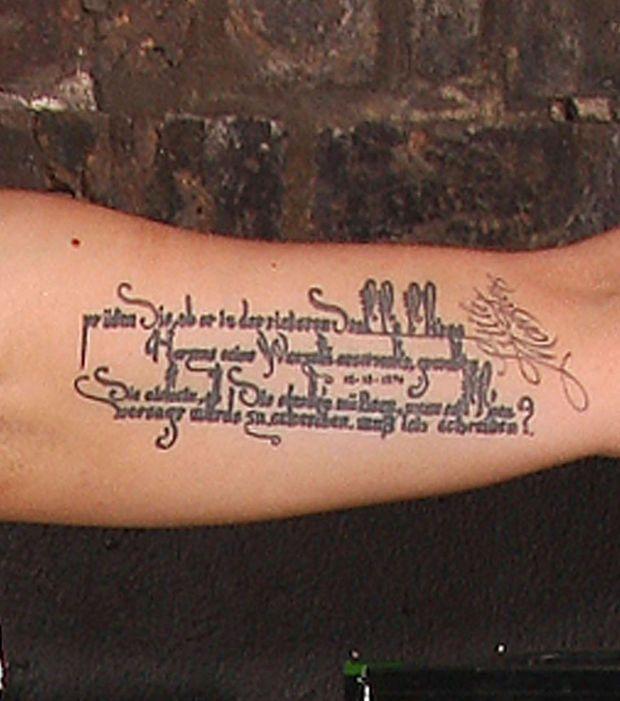 Tatouage de Lady Gaga sur le bras, une citation en allemand du poète Rainer Maria Rilke
