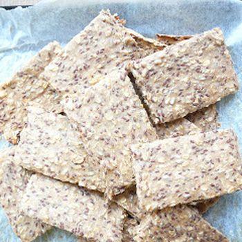 Domácí knackebrot -  1/2 hrnku celozrnné špaldové mouky 1/2 hrnku celozrnné žitné mouky 1 hrnek ovesných vloček 1/2 hrnku slunečnicových semínek 1/2 hrnku lněných semínek    1 lžička soli     1 hrnek vody smíchat, na pečící papír, péct 30 minut, na 200C, po vytažení nakrájet