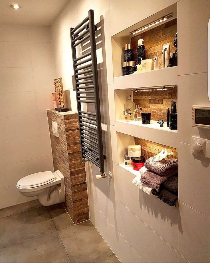 Prachtig resultaat! Een combinatie van mat witte 30x60 wandtegels, taupe betonlook vloertegels en bruine natuursteenlook decortegels.
