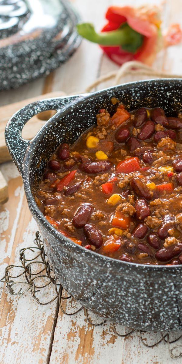 Der Klassiker unter den Partyrezepten: deftiges Chili con Carne mit Hackfleisch, Kidneybohnen, Mais und Paprika - mmh, lecker!