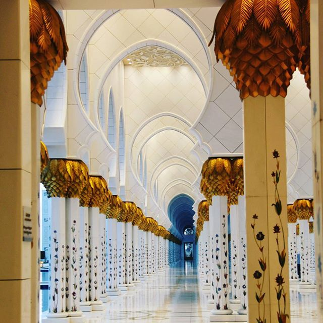 Pillars at Shiek Zayed grand mosque, Abu Dhabi.  #visitabudhabi #visitemirates #exploreemirates #exploreabudhabi #shiekzayedmosque #grandmosque #mosque #pillars #perspective #hallway #white #dapadrian #ig_worldmosque #abudhabi #emirates