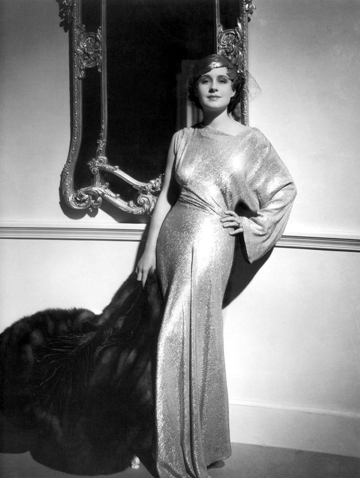 Norma Shearer con un precioso vestido de noche.