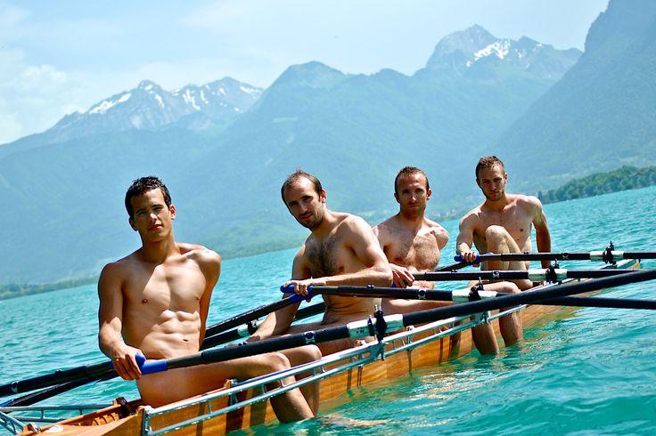 Le calendrier des rameurs fait son grand retour en 2015. Cette année nous soutenons GLRF, une asso Américaine lutant contre l'homophobie dans le sport.  Voici ici un des clichés de cette année. La photographie a été prise devant les montagnes sur le lac d'Annecy. #homme #calendrier #2015 #photographie #men #gift #cadeaux #calendar #sport #photo #rowing #aviron