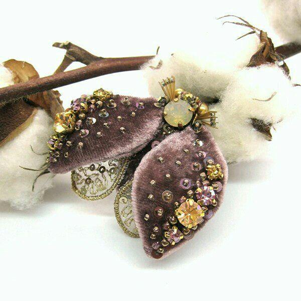 Еще пара ракурсов бархатной букашки 🐞Тут чуть лучше видны нижние крылышки и расшитую пайетками бархатную спинку #alinalimonova #embroidery #luneville #hautecouture #fashion #продается #брошь #жук #насекомые