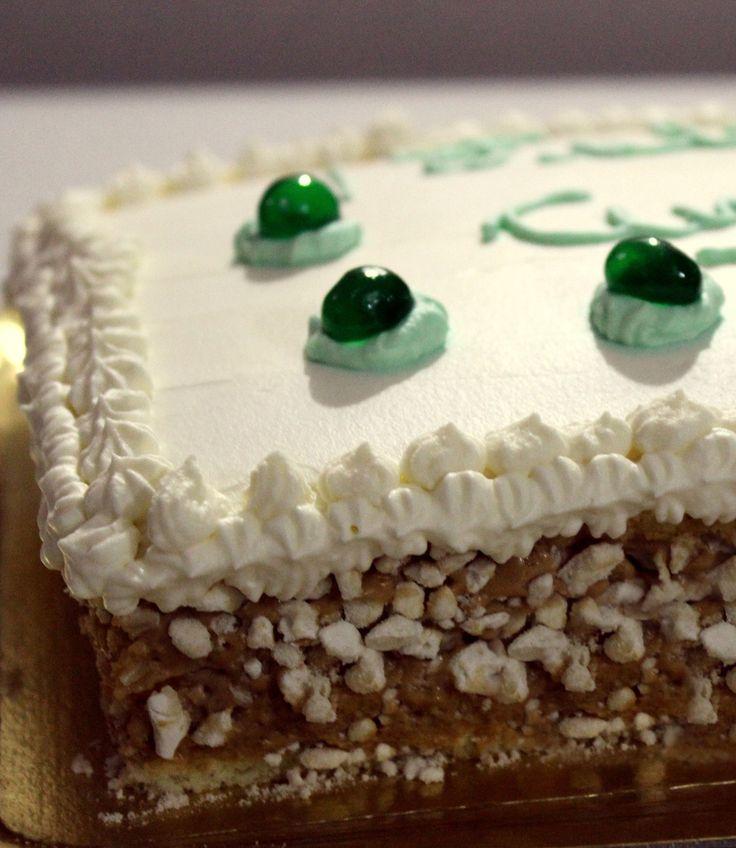 Torta de cumpleaños, fruta, crema y dulce de leche.