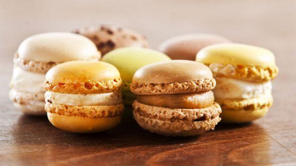 Kakaové makronky a vaječný koňak jsou společnou etudou nejen pro vejce, ale i pro smetanu a cukr