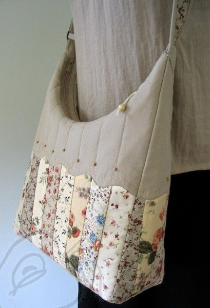 Lovely bag - no pattern but the design is pretty clear. I love the pretty flower strips. Interesting blog to view - no translation button. The blogger is linking to Bloom who made a purse in this pattern for Moda.