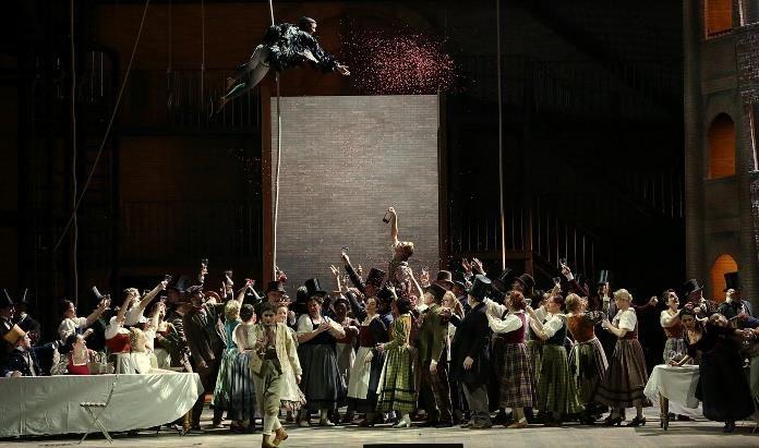 Nuova produzione de La gazza ladra al Teatro alla Scala e nel pubblico è bagarre: sonore contestazioni e controcontestazioni a regia, direzione e cantanti.