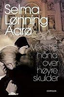Venstre hånd over høyre skulder av Selma Lønning Aarø. Anbefales.