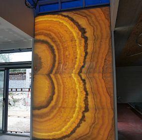 podsvětlená onyxová stěna