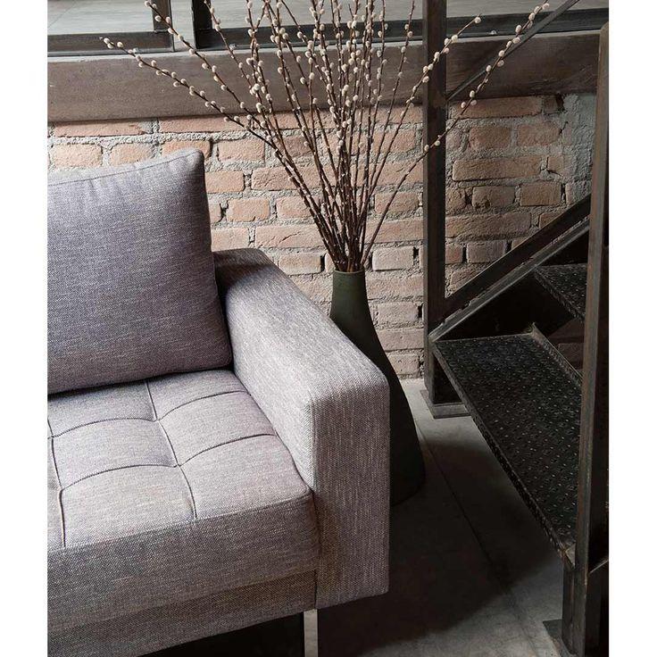 Sofá Bossa em FJ por Fernando Jaeger. Sofás e poltrona com assento quadriculado e almofadas de encosto soft. Pés em aço inox polido. Estrutura em madeira maciça de reflorestamento. Revestimentos diversos.