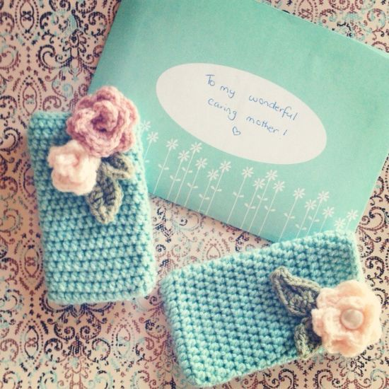 How to crochet phone covers via @Guidecentral - Visit www.guidecentr.al for more #DIY #tutorials