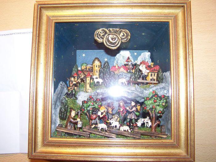 Wieg diorama 19e/20e eeuw  Prachtige wieg dioramaInhoud:9 verschillende menselijke figuren10 dieren7 gebouwen2 grote fruitbomen11 struikenDe items zijn handgemaaktExclusieve kunstwerk en vertegenwoordigen van de wiegHet beeldmateriaal is uit de vroege 19e/20e eeuw.Op het bovenste gedeelte is er een wax stempel met de letters CH of H.Het frame en de box is gemaakt van hout de cijfers en de rest is gemaakt van klei.Originele houten frame met goed gesloten beschermend glas.Het is uniek en…