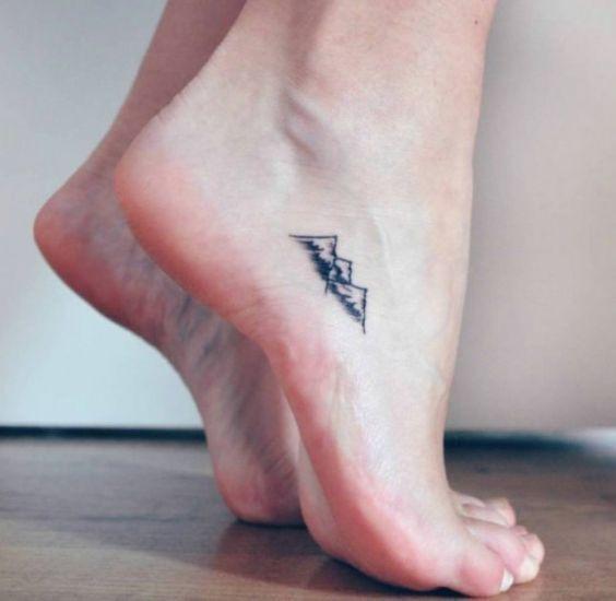 Envie de craquer pour un joli petit mini tattoo sur les pieds ? Focus : montagne                                                                                                                                                                                 Plus