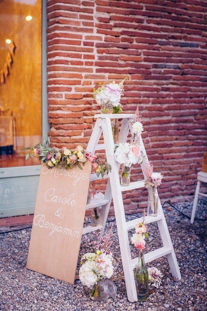 idee deco florale de style champetre pour bien decorer pour votre mariage, escalier en bois decorer avec fleurs