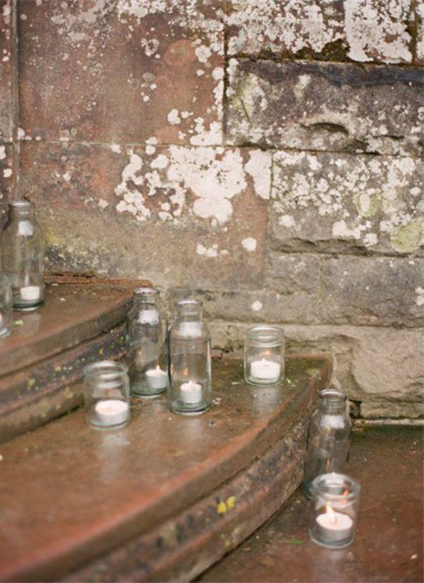 Tolle Ideen, Kerzen und Lichterketten auf der Hochzeit unterzubringen | Friedatheres - Vor der Kirche