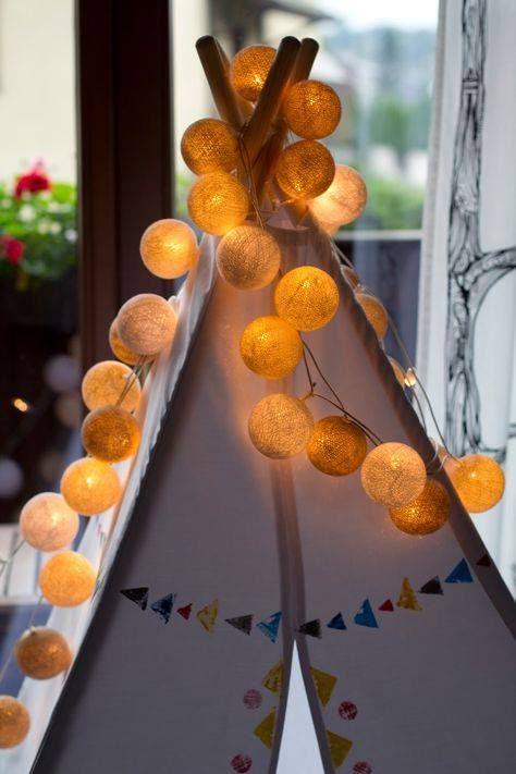 Nella cameretta di un bambino è perfetta! Ghirlanda luminosa realizzata con fili di cotone intrecciati a mano.