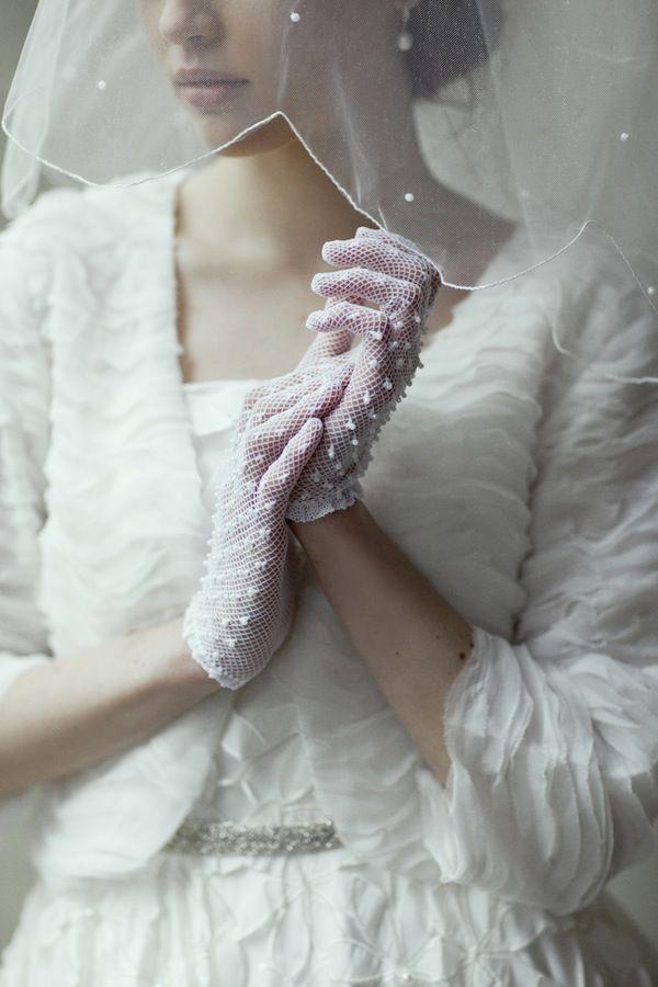 Must-knows voor het dragen van handschoenen op je bruiloft // Engaged.nl