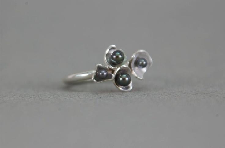 Zilveren ring met  4 zwarte parels