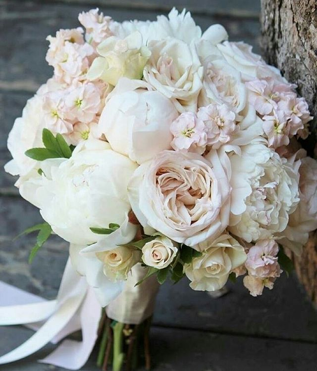 Jakie kwiaty wybierzecie do swojego bukietu ślubnego? #slubnaglowie #wedding #weddingtime #weddingbouqet #bridalbouquet #bride #bukietdoslubu #bukietslubny #weddingflowers @fleurdeurope  #poprostupieknie #slub #slubny #bukiet #pannamloda #weselewplenerze #piwonie #peonies #white #pastel #vintage #bridal #designforlove #omg #fave #instaweddings #instalike