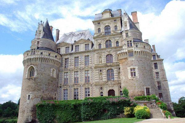 Шато-де-Бриссак — самый высокий замок во Франции, в нём семь этажей. Расположен он в самом сердце живописной долины Луары. В 11-м веке владельцем усадьбы был Жак де Брезе. Его жена, Шарлотта, завела роман с молодым человеком, а для своих романтических встреч они использовали спальню рядом с комнатой мужа. Каждую ночь тот слышал их страстные стоны, пока двое влюбленных таинственно не исчезли