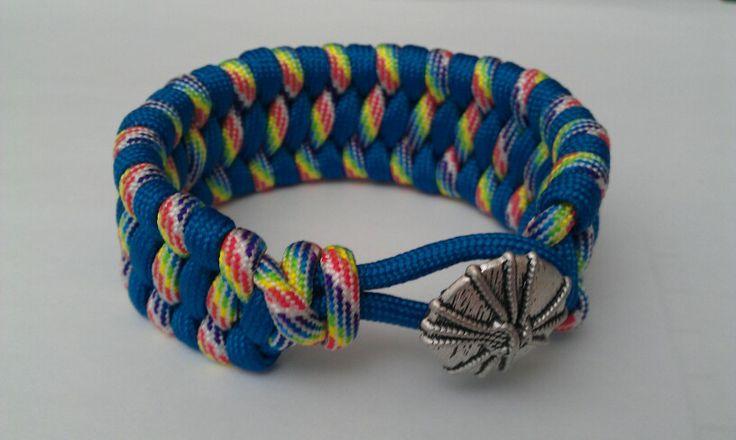 Knot button on knot bracelet paracord