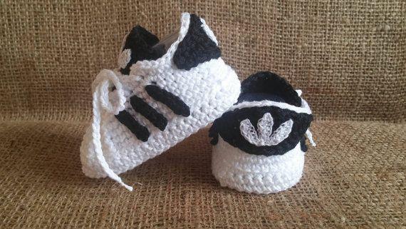 Baskets bébé au crochet l'air beau et ils sont très confortable. Si vous voulez faire un cadeau unique pour les nouveaux-nés, ces adidas de bébé au crochet sont parfaits pour vous. Je choisis de fil de haute qualité pour faire mes chaussons. Nhésitez pas à me contacter si vous souhaitez une couleur différente ou si vous avez une idée. Les baskets bébé sont disponibles en différentes tailles :  0-3mo-9cm 3-6mo – 10cm 6-9mo-11 cm 9-12mo-12cm  Tous les articles sont expédiés dans le délai…