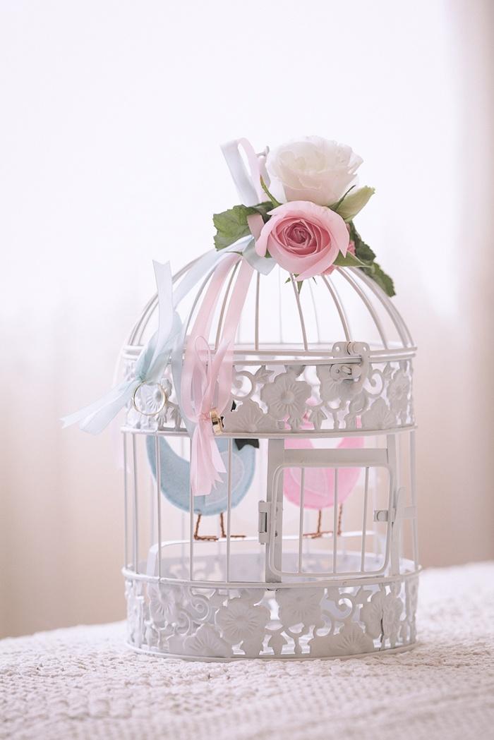 Lindinho! Mas os passarinhos poderiam estar fora da gaiola... :)