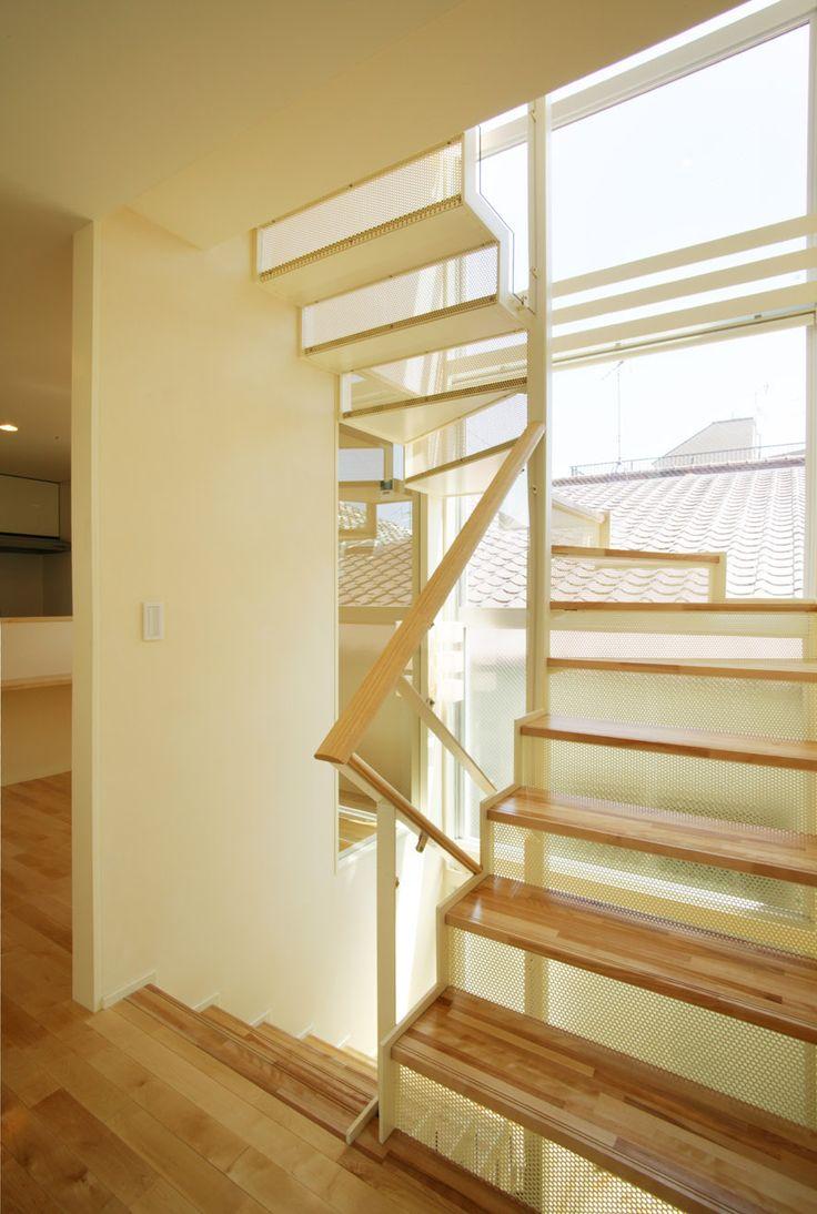 目黒区鷹番にある地下室のある3階建て狭小住宅の作品事例です。構造は鉄筋コンクリート造で間口が狭い敷地ながらも明るい光が差し込む採光を考えたプランニングの建物です。
